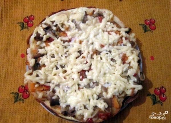 10.Готовую пиццу перекладываем на тарелку и кушаем. Приятного аппетита!