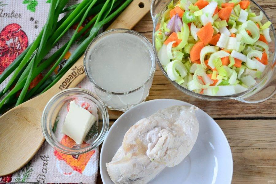 Подготовьте все необходимые ингредиенты. Я заранее подготовила овощную смесь, мелко нарезала лук репчатый и лук-порей, сельдерей и морковь. Куриную грудку следует заранее отварить в чуть подсоленной воде до готовности. Затем куриную грудку вынуть и охладить, бульон не выливать, он нам понадобится для соуса.