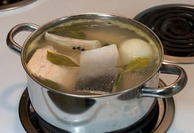 5. Через несколько минут добавьте в кастрюлю рыбу. Варите в течение 7-8 минут.