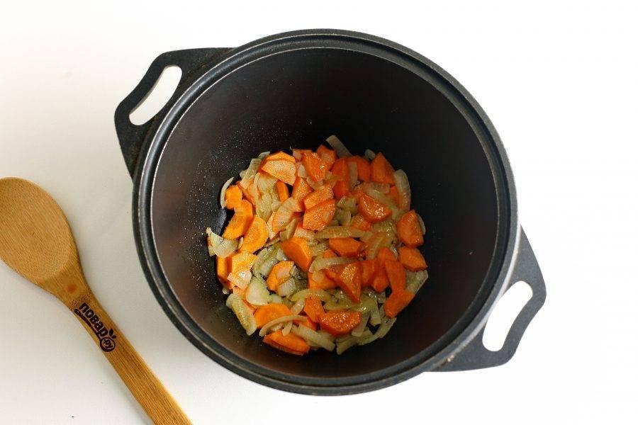 Обжарьте овощи до мягкости в течение 3-5 минут.