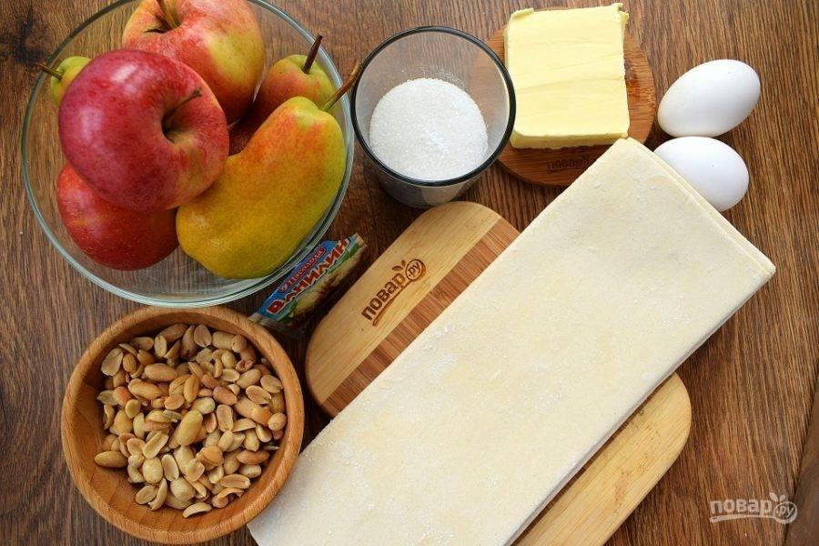 Подготовьте необходимые ингредиенты. Тесто заранее выньте из морозильника, чтобы оно стало мягким. Масло тоже должно быть комнатной температуры. Фрукты вымойте, обсушите.