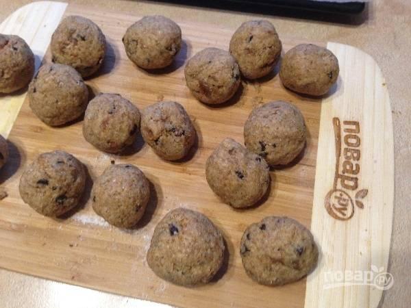 8. Делим тесто на 16 частей, которые затем скатываем в шарики.
