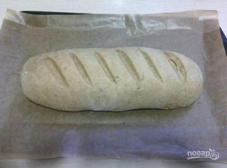 6.Переложите хлеб на противень с пергаментом и немного сбрызните водой, отправьте в разогретый до 190 градусов духовой шкаф на 40 минут.