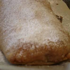 Сверху посыпать сахарной пудрой.