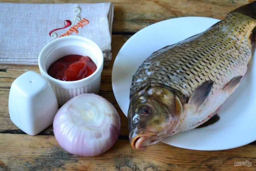 Приготовьте все необходимые ингредиенты. Для запекания я советую использовать рыбку небольшого размера. Рыбу следует очистить от чешуи, удалить внутренности и жабры, хорошенько промыть внутри и снаружи.