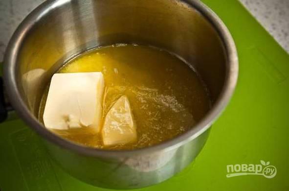 2. Параллельно растопите сливочное масло и остудите немного.