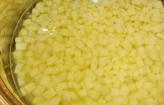 Картошку режем кубиками.