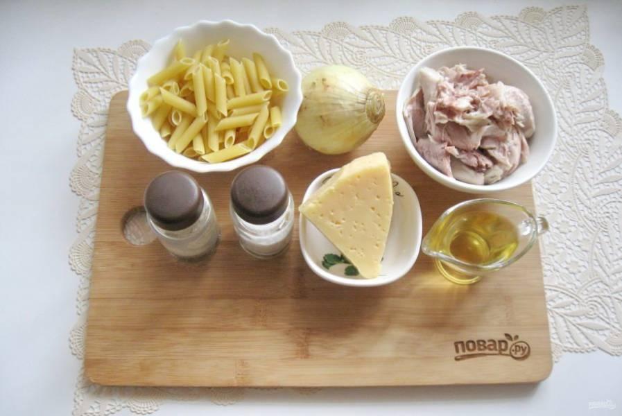 Подготовьте ингредиенты для приготовления макарон по-флотски.