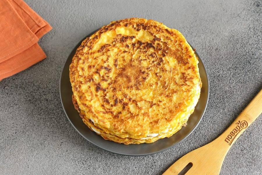 По мере выпекания блинчиков, смазывайте их подготовленным соусом. Таким образом соберите весь торт.