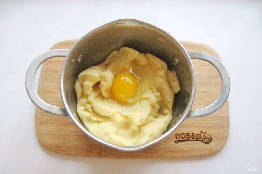 Немного охладите тесто и добавьте по одному четыре яйца. Каждый раз хорошо перемешивая.