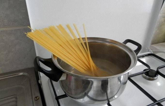Ставим вариться макароны.