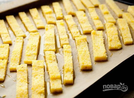 5. Выложите на противень. Чуть присыпьте солью и перцем, полейте оливковым маслом. Отправьте в разогретую до 200 градусов духовку.