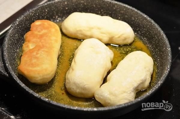 9. После разогрейте растительное масло на сковороде и жарьте пирожки под крышкой с двух сторон до румяности.