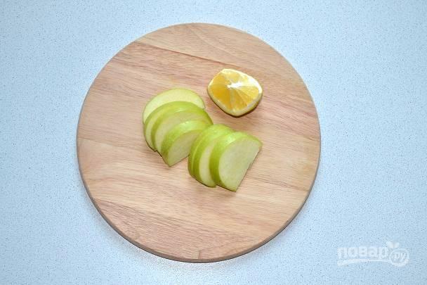 Яблоко вымойте, обсушите и нарежьте тонкими ломтиками. Сбрызните соком лимона.