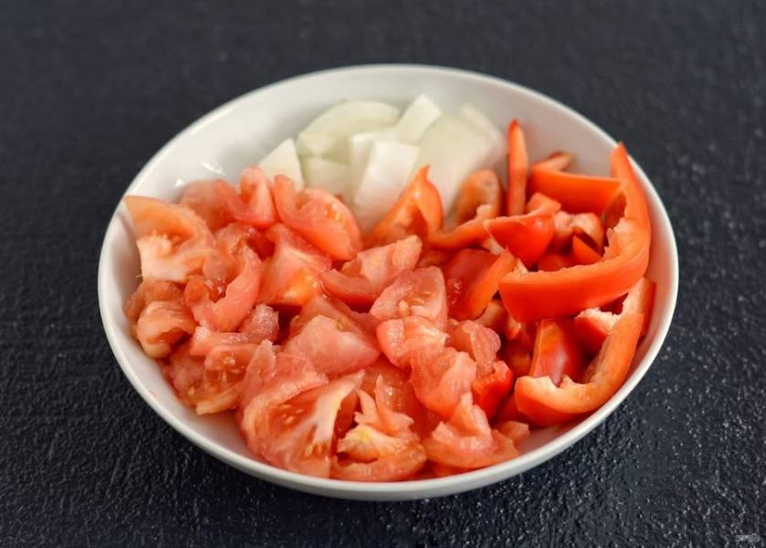 Нарежьте помидор, лук и болгарский перец на кубики.