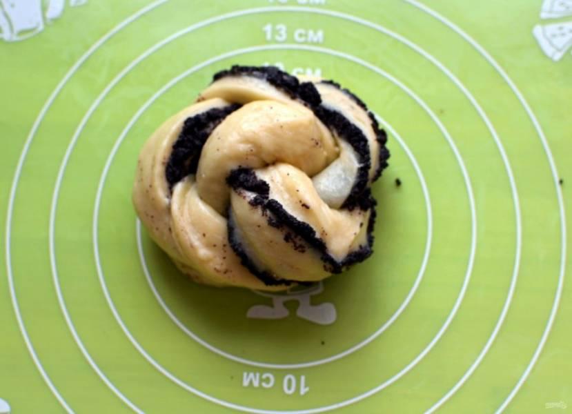 Затем заверните плетенку в круг и сформуйте булочки. Для булочек с корицей сначала смажьте раскатанную лепешку растопленным сливочным маслом, затем посыпьте корицей и так же сверните булочки.