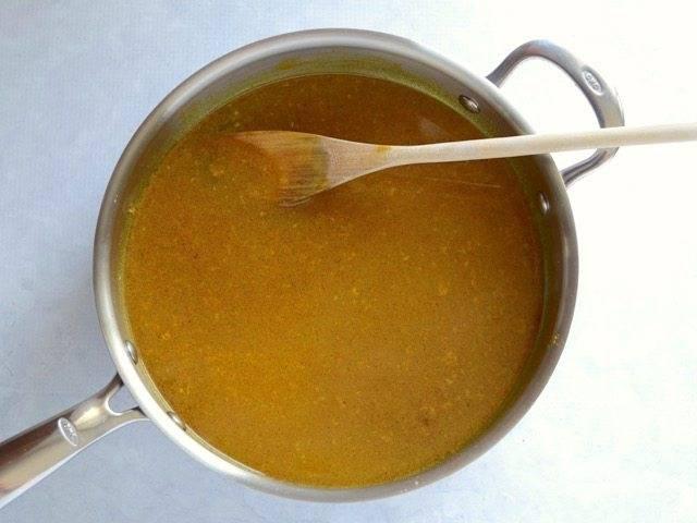 4.Влейте в сковороду куриный бульон, поскребите по дну сковороды.