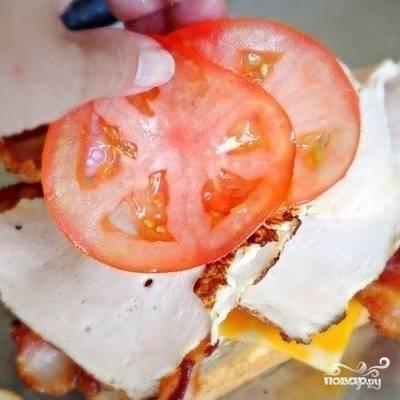 На мясо - парочку ломтиков помидора.