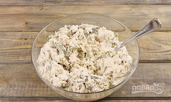 4. Соедините в глубоком салатнике курицу, белки и огурцы. Заправьте по вкусу майонезом, добавьте соли и при желании перец.