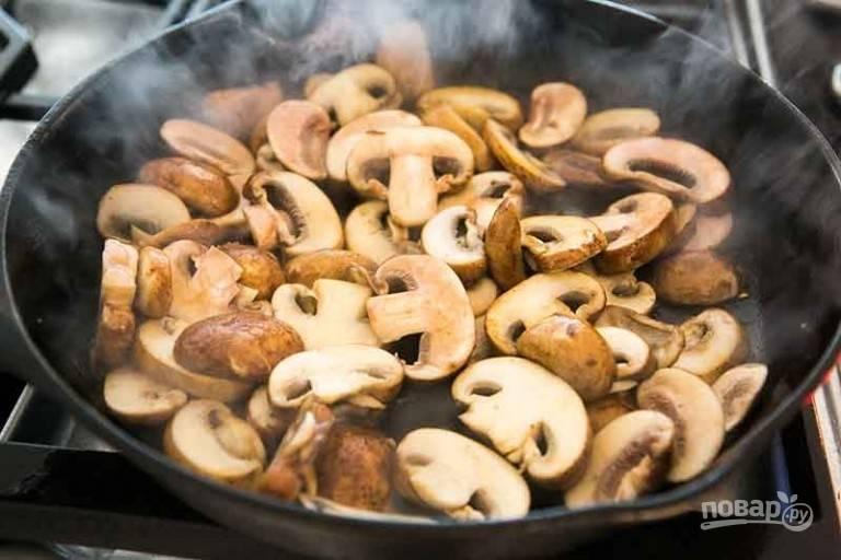 3.Тем временем верните сковороду на огонь и добавьте в нее нарезанные пластинками грибы.