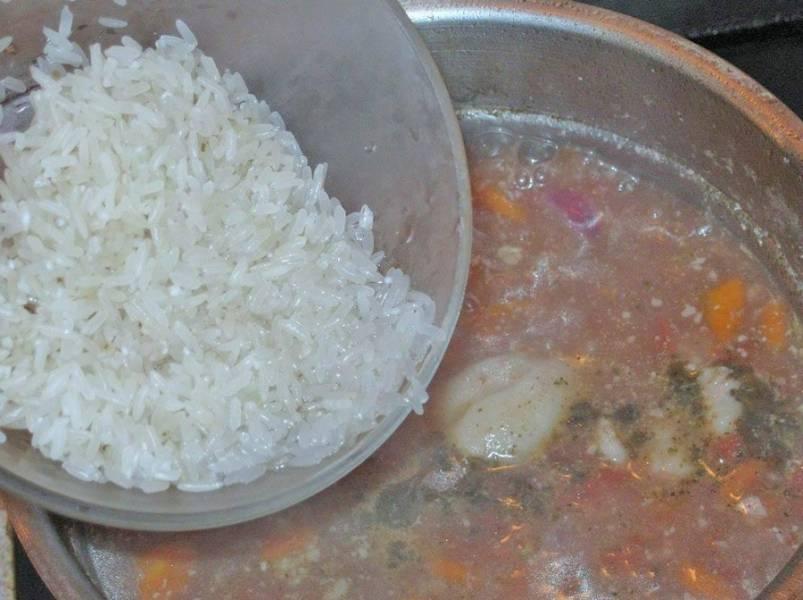 Затем рис. Варим минут 10-15 до готовности риса.