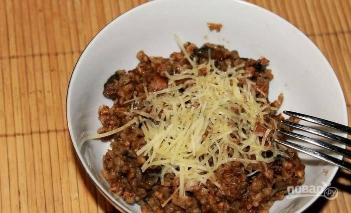 Разложите блюдо по тарелкам, украсьте оставшимся твердым сыром и сразу подавайте.