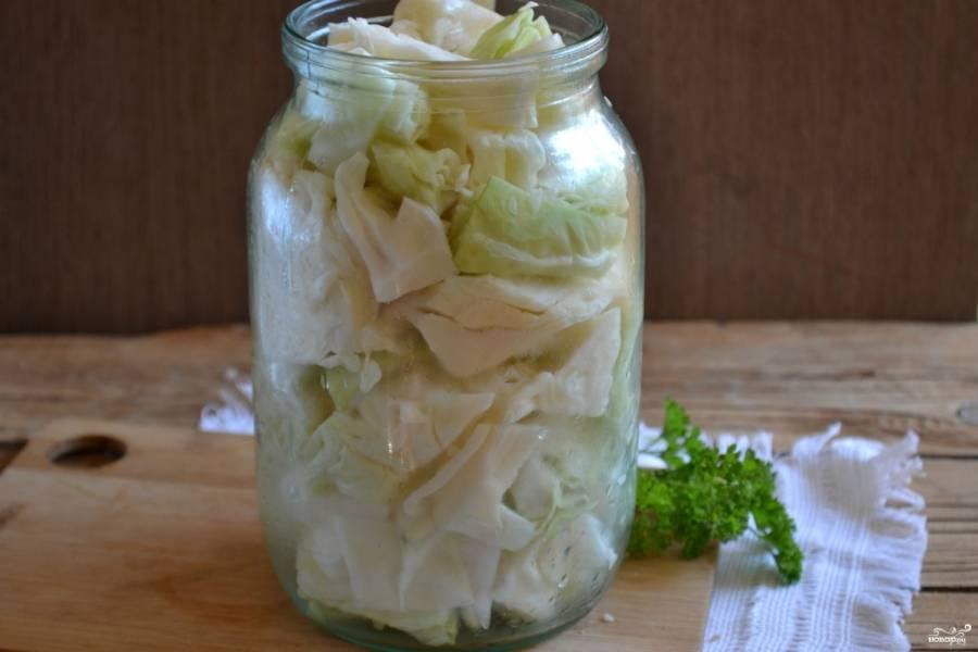 В чистую сухую банку сложите порезанную капусту. Несколько раз встряхните, чтобы она легла плотнее.