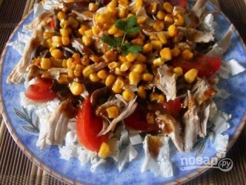 Поливаем приготовленным соусом салат. Пусть он немного постоит в прохладном месте, чтоб пропитаться, и затем можно подавать на стол. Приятного аппетита!