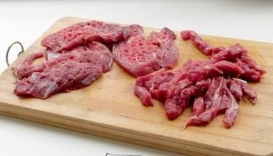 1. Начинаем с приготовления мяса: нарезаем говядину соломкой. Лучше не делать больших кусков, чтобы она быстрее приготовилась.