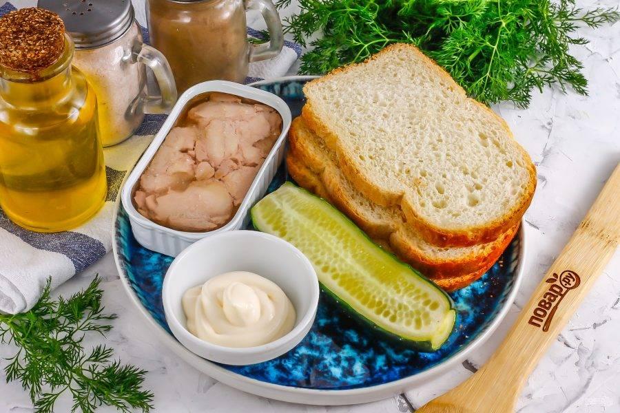 Подготовьте указанные ингредиенты. Сорт хлеба большой роли не играет, можно использовать как белый батон или кирпичик, так и ржаной багет, бородинский и т.д.