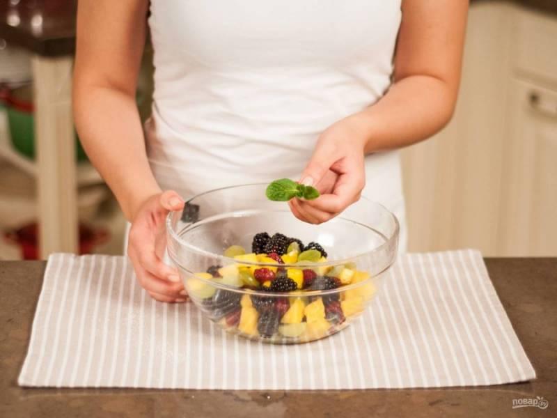 6.Мяту мою, обрываю листочки, добавляю их в салат (можно целиком или порезать).