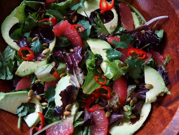 6. Нарежьте тонкими ломтиками авокадо и выложите грейпфрут. Добавьте мелко нарезанный острый перец по вкусу и тыквенные семечки.