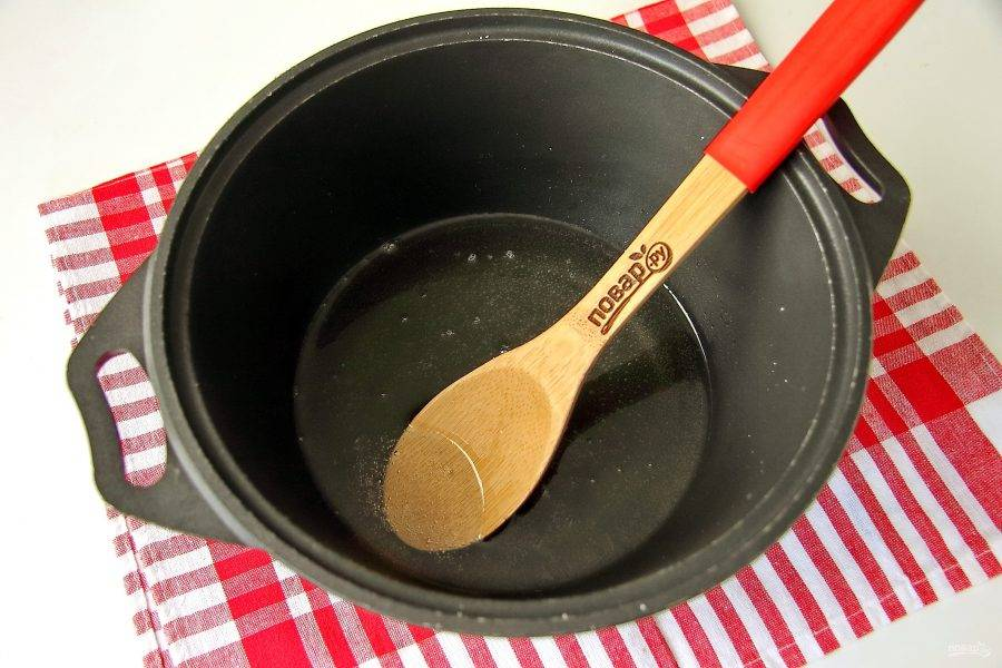 В посуде с толстым дном смешайте воду, масло, соль, сахар и уксусную эссенцию. Помешивая доведите до кипения.