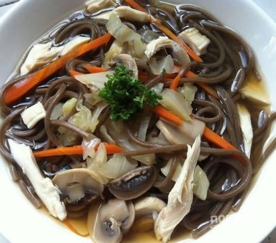 4. В конце в суп добавьте соль и немного петрушки. Приятного аппетита!