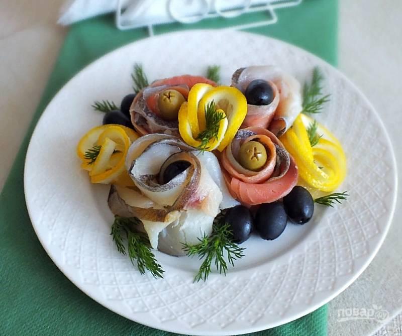 Рыбную нарезку подавайте на стол сразу же после приготовления. Приятного аппетита!