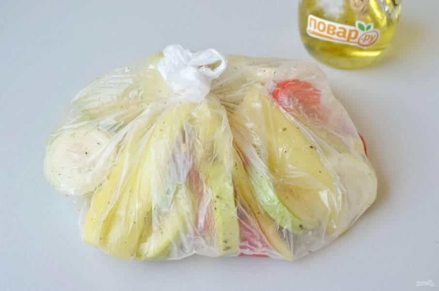 4. Завяжите плотно пакет и осторожно перемешайте. Оставьте на 15 минут мариноваться, периодически переворачивайте пакет.
