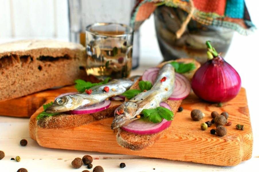 Готовую рыбу разложите по банкам, залив сверху образовавшимся тузлуком и храните в холодильнике. Хотя вряд ли вам удастся хранить ее долго – уж очень она вкусна! На бутерброде из ржаного хлеба с луком и зеленью – мммм!