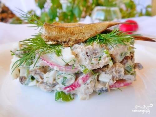 Присыпаем салат сухариками. Заправляем сметаной или майонезом. Выкладываем на тарелку порционно, украшаем свежей зеленью и цельными шпротами. Приятного аппетита!