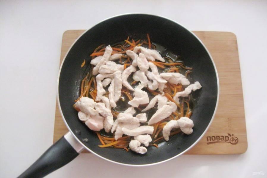 После добавьте в сковороду с морковью.