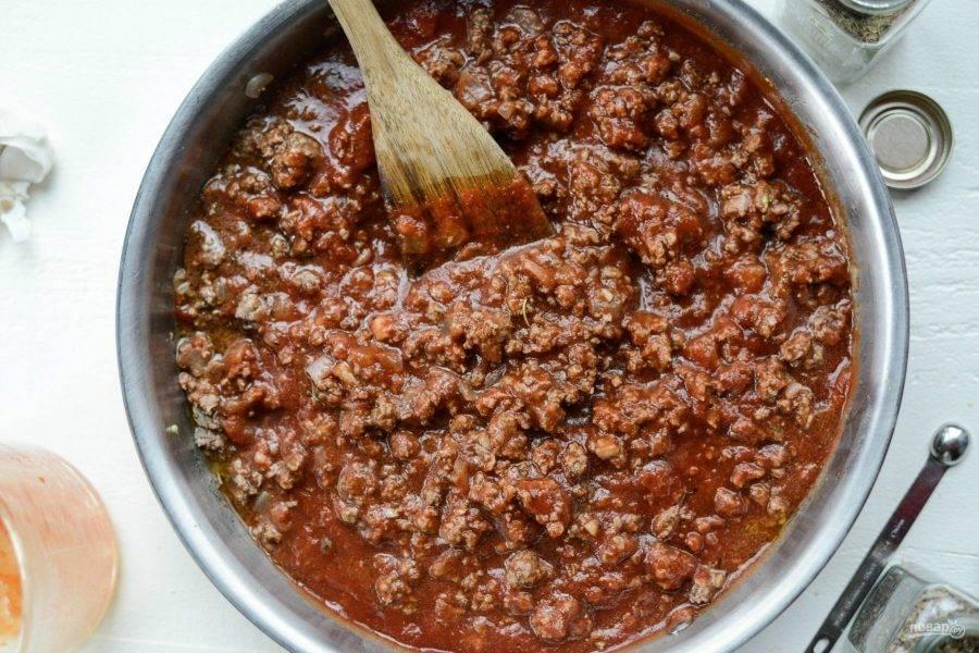 5. В конце добавьте соль, сахар и перец. Тушите соус ещё 20 минут, а потом подавайте. Приятного аппетита!