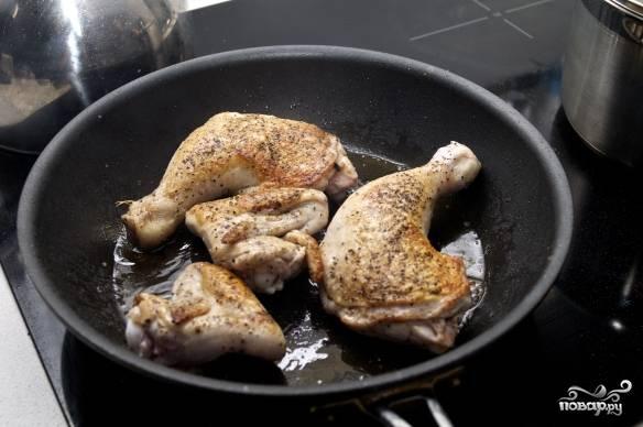 2. Курочку вымойте, обсушите, посолите и поперчите по вкусу. Можно добавить любые специи. Разогрейте хорошо сковороду с небольшим количеством оливкового масла. Выложите курицу и обжарьте на сильном огне с двух сторон до румяной корочки. После переложите в жаропрочную форму и отправьте в разогретую до 180 С духовку запекаться до готовности.