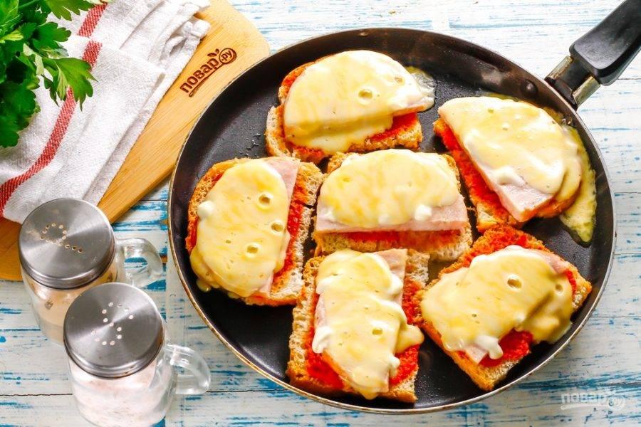 Аккуратно переместите приготовленное вами блюдо на тарелки.