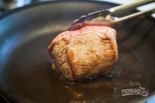 1. Мякоть нарежьте толстым куском, после чего обжарьте со всех сторон на растительном масле до румяного цвета.