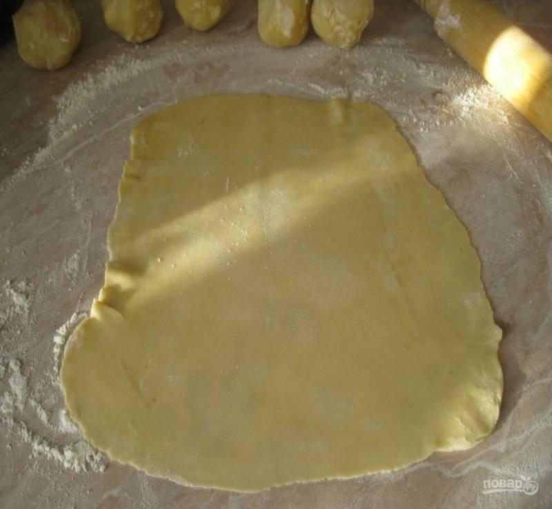 2. Раскатываем каждый шарик в тонкий пласт и отправляем на раскаленную сковороду.
