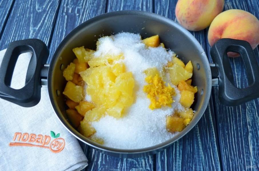 Добавьте сахар, апельсин и цедру. Перемешайте и оставьте на 1 час.