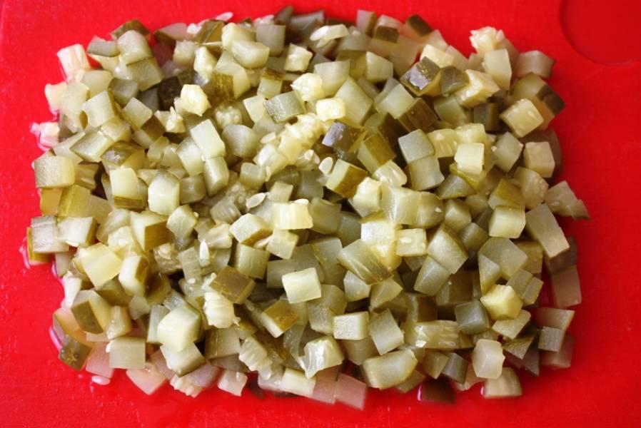 И наконец, нарежьте соленые огурцы. Смешайте все нарезанные компоненты, добавьте зеленый горошек, майонез и соль по вкусу. Перемешайте, украсьте зеленью и подайте на стол.
