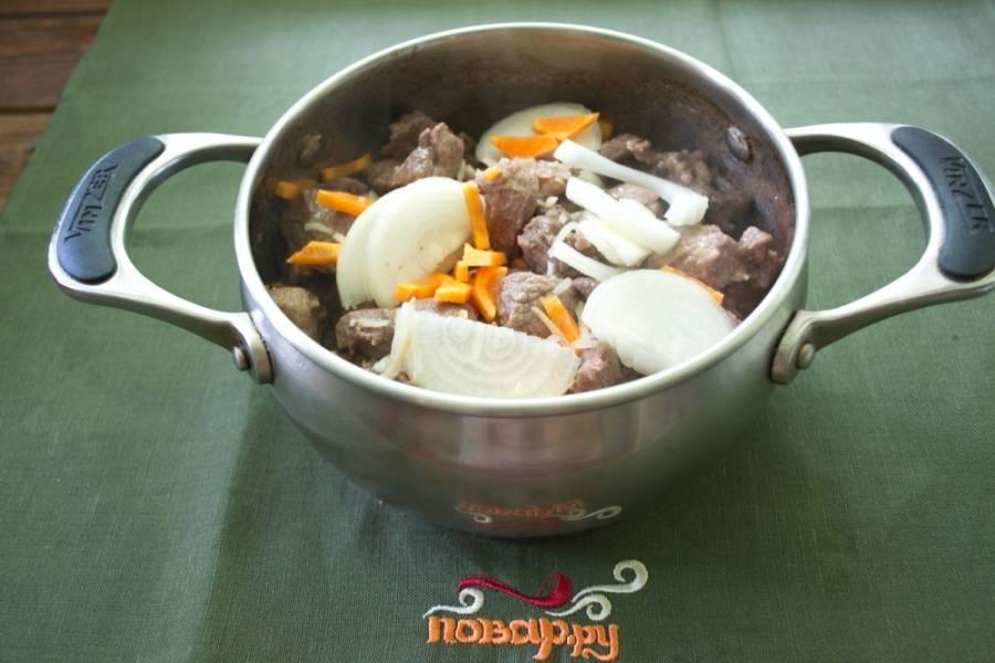 В сотейник влить растительное масло. Разогреть его. Выложить в сотейник мясо. Обжарить его со всех сторон. Добавить нарезанные овощи.
