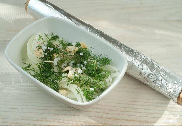 Лук, чеснок и укроп мелко рубим, смешиваем с солью и перцем.