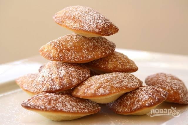4.Отправьте формы в разогретый до 175 градусов духовой шкаф на 8-9 минут, затем достаньте форму и оставьте печенье еще на 5 минут. Перед подачей украсьте его сахарной пудрой.