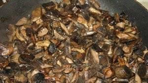 3. Обязательно периодически помешивайте грибы, а вот солить не нужно. Готовую грибную смесь перекладываем в подготовленные стерильные банки.